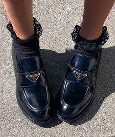 how to wear loafers men Dr Shoes, Me Too Shoes, Oxford Shoes, Shoes Heels, Pumps, Prada Shoes, Heel Boots, Sock Shoes, Grunge Look