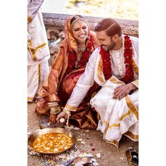 Bollywood's love birds Deepika Padukone and Ranveer Singh, popularly known as DeepVeer tied the knot on November and here is a complete detail on how Deepveer looked on their wedding and recepti. Indian Wedding Poses, Indian Wedding Ceremony, Wedding Sari, Bollywood Wedding, Indian Wedding Photography, Indian Bridal, Photography Ideas, Indian Weddings, Outdoor Photography