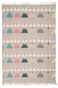 Käsinkudottu Ivalo-matto, jossa tyylikäs design. Pehmeä ja mukava jalan alla. <br><br>100% villaa<br>Kemiallinen pesu