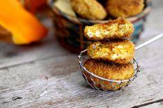 Le polpette di zucca e ricotta sono un'idea leggera e saporita per una bella cenetta vegetariana.