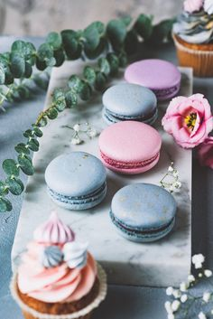 Pastel macarons, cupcakes and flowers on marble background. Wedding sweets, wedding cupcakes and macaroons. Macarons, Macaroons Flavors, Pastel Macaroons, French Macaroons, Coconut Macaroons, Macaron Cookies, Wedding Sweets, Wedding Cupcakes, Macaroons Wedding
