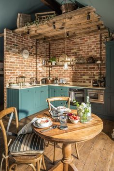 despre casa mica in Marea Britanie,. -You can find Small house decorating and more on our website. despre casa mica in Marea Britanie,. Home Kitchens, Kitchen Remodel, Kitchen Design, House Design, Sweet Home, Little House, Kitchen Decor, Walls Room, House Interior