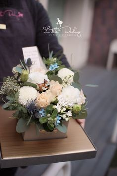 Flower Basket, Flower Boxes, Flower Packaging, Silk Flower Arrangements, How To Preserve Flowers, Arte Floral, Flower Crafts, Silk Flowers, Flower Decorations