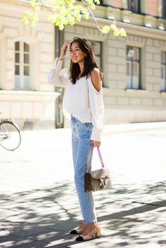 Trajes con recortar detallando, al igual que este top sin hombro, siempre le dará un estilo atractivo, sofisticado.  Felicia Akerstrom ha optado por vincular este top blanco magnífico con un par de jeans de pierna recta estilo de diseño para un estilo lindo y casual primavera.  Arriba: Gina Triot, Denim: H & M, zapatos: Chanel, la bolsa: Gucci.