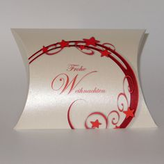 Geschenkverpackung: Kissenschachtel für Weihnachtsgeschenke mit einem modernen Motiv aus Sternen und Ornamenten Bestellbar in verschiedenen Größen.