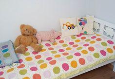 Instagram media by matuszka_i_jaguszka - Zamiana pokoi zakończona mega sukcesem! A to ostatnia fota Jagódkowego łóżka bo od piątku wjeżdża łóżko piętrowe 🙈✌ pora na narzutę dla Jerzyka 😉 PS. Łóżko do sprzedania, odbiór w Krakowie 😊 #kidsroom #kidsroomdecor #crocheting #crochetlove #lovecrochet #crochetaddict #yarnlove #crochetpillow #crochetblanket #dotsblanket #grannysquaresrock #grannysquare #crochetdesign #designforkids #kidsdesign #dladzieci #kidsinteriors #craftastherapy_comfycozy…