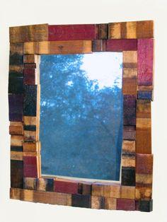 Marco de espejo con maderas recicladas de barril de vino.