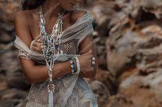 depositphotos_116117010-stock-photo-model-with-boho-jewelry-close.jpg (1023×682)