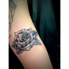 Custon Dotwork Rose! #traditonaltattoo #tattoo #dotworktattoo #linework #jerseycitytattoo #entertherabbithole #rabbitattoos