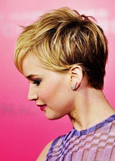 This short bob hairstyles differs from the others in many respects. This is the ideal hairstyle for people who wish to change their hairstyle. This gives you a cool look and at the same time does not require much time to create. The lighter tone ensures that it can enhance many face tones.