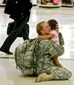 Funny pictures about 30 of the most powerful images ever. Oh, and cool pics about 30 of the most powerful images ever. Also, 30 of the most powerful images ever. I Smile, Make Me Smile, My Champion, Military Mom, Military Homecoming, Military Families, Army Mom, Military Photos, Army Life