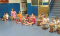 i bambini mentre suonano i djembe, strumento musicale del Camerun