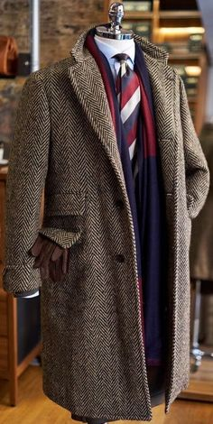 A Guide To Mens Overcoat Styles Read on to get more information on the different styles of overcoats available. Mode Masculine, Mens Fashion Suits, Mens Suits, Fashion Shirts, Man's Overcoat, Mens Tweed Overcoat, Tweed Men, Tweed Coat, Mens Attire