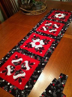 A beautiful table runner by Lynda Carlock Meacham using Jenny Haskins designs from A Little French Chic.  The color combination is stunning and so elegant!