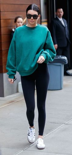 Kendall Jenner is one of the biggest influencer for fashion. If you like her taste as well, here are some Kendall Jenner street outfits to copy. Stylish Winter Outfits, Cute Casual Outfits, Winter Fashion Outfits, Fashion Weeks, Casual Winter Style, Cute Sneaker Outfits, Summer Outfits, Outfits 2016, Lazy Outfits