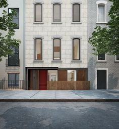 Moderne Holzfenster und rote Ganzblatt-Haustür aus Kiefer in elegantem New Yorker Stadthaus | Sorpetaler Fensterbau