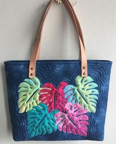 Like this leaf applique Patchwork Bags, Quilted Bag, Crazy Patchwork, Bag Patterns To Sew, Tote Pattern, Handmade Handbags, Handmade Bags, Hawaiian Quilt Patterns, Hawaiian Quilts