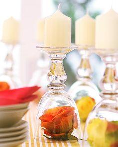 Basta emborcar a taça e ela vira um criativo e exclusivo castiçal. Você personaliza a base com a flor de sua preferência. O objeto de decoração improvisado vai fazer o maior sucesso entre os convidados, pode apostar.