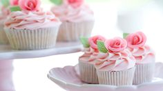 BABY SHOWER // High Tea :: Food ideas - mini cupcakes in gender neutral colours (green/yellow) Wedding Cakes With Cupcakes, Fun Cupcakes, Cupcake Cakes, Cake Pops, High Tea Food, Rose Tea, Cute Cakes, Sweet Cakes, Occasion Cakes