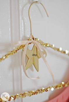 DIY customized glam hanger - a fun gift for a girl Diy Wedding, Wedding Gifts, Craft Projects, Projects To Try, Diy And Crafts, Arts And Crafts, Idee Diy, Diy Gifts, Christmas Diy