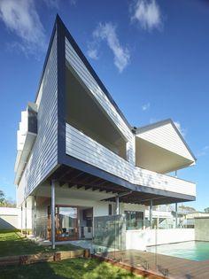 Australian architecture firm kahrtel, have designed the Nundah House for a family in Brisbane. Brisbane Architecture, Australian Architecture, Amazing Architecture, Interior Architecture, Interior And Exterior, Architecture Portfolio, Exterior Colors, Interior Design, Roof Design