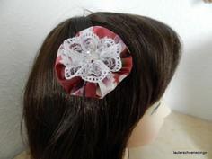 diese schöne handgefertigte bunte Stoffblüte ist ein Haarspange die deine Frisur aufpeppt, sie besteht aus eine Stoffrosette, darauf eine kleine Blüte