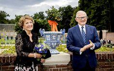 Het Loo heeft weer Delfts blauwe vazen in de tuin (fotoserie) -  Prinses Margriet en Pieter van Vollenhoven tijdens de opening van de tentoonstelling Blauw & Bont, in de tuinen op Paleis Het Loo. beeld ANP