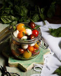 Esta noche toca una refrescante ensalada caprese, porque menudo día de calor que hemos pasado. ¿Qué tal vuestro día? #foodphotography • • •…