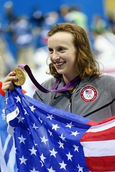 Katie Ledecky (USA) poses with her gold medal and an American flag after winning the women's freestyle final during the London 2012 Olympic Games at Aquatics Centre. Rio Olympic Games, Olympic Gymnastics, Olympic Sports, Olympic Team, Nbc Olympics, Summer Olympics, Famous Swimmers, Janet Evans, American Legend