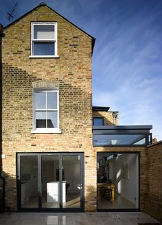 contemporary london flat roof extension with crittall windows Side Extension, Glass Extension, Extension Ideas, Victorian Terrace, Victorian Homes, Exterior Design, Interior And Exterior, House Siding, House Extensions