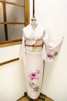 オーキッドローズミストにスモークラズベリー色の可憐な花模様うかぶ付下げ着物です。