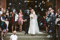Hochzeitsfoto von Brautpaar beim Auszug aus der Kirche und Gratulation der Gäste mit Seifenblasen © Hochzeitsfotograf Berlin www.hochzeitslicht.de