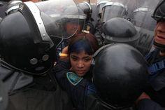 Una de las jóvenes detenidas tras el enfrentamiento con granaderos. Foto: Miguel Dimayuga