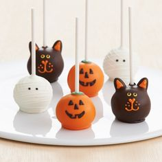 Handmade Cake Pops from Shari's Berries halloween cakepops Halloween Desserts, Halloween Brownies, Halloween Cake Pops, Postres Halloween, Soirée Halloween, Holidays Halloween, Halloween Candy Apples, Halloween Pretzels, Cute Halloween Treats