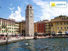 Piazza Tre Novembre - gehen Sie Shoppen oder kehren Sie in die kleinen Tavernen direkt am Ufer des Gardasees ein! www.schulfahrt.de #Schulfahrt #Klassenfahrt #Italien #Gardasee