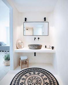 Minimal Chic 346566133823144194 - tribal print rug // home design // interior // home decor // white bathroom with black accents Source by House Design, Interior, Minimalism, Chic Bathrooms, Bathroom Interior, Small Bathroom, Modern Bathroom, White Bathroom, Bathroom Decor