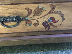 Hühnerstall aus alter Kommode... Schubladen raus, Türchen basteln und montieren und natürlich die alte Bauernmalerei aufmöbeln;)