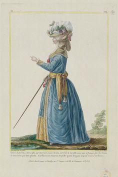Robe à la Lévite, a deux plis par derriere, toute droite, arrêtée à la taille avec une écharpe dont les bouts se terminent par des glands. Coëffure; un chapeau de paille garni de gaze en pouf et orné de fleurs.