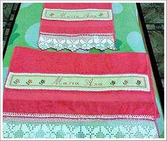Toalha de banho e de lavabo bordada em tira de etamine...Por Marina Mendonça e barrado de crochê ...por zenir Mendonça.