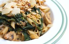 Wil je snel een romige pasta op tafel hebben? Met dit recept maak je pasta met spinazie-champignon roomsaus, rode peso en parmezaanse kaas.