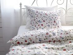 I like this IKEA Alvine bedlinen :) Duvet Sets, Ikea Duvet Cover, Ikea Bed, Duvet Covers Floral, How To Dress A Bed, Ikea Duvet, Contemporary Bed, Luxury Bedding, Ikea Sofa Bed Cover