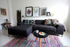 Räsymatolla, sisustustyynyillä ja tauluilla saa muutettua nopeasti olohuoneen ilmettä.  #olohuone #styleroom #inspiroivakoti #värikäs #sisustus Täällä asuu: Tirsa-Laura Decor, Living Room, Furniture, Room, Home, Sectional Couch, Tv Room, Inspiration