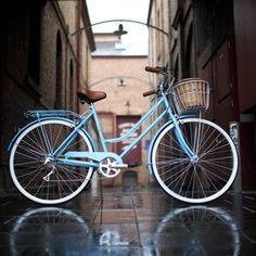 Yo se montar en bicicleta. Yo monto en bicicleta a mi antigua escuela y de regreso. Mi bicicleta es rosado pero yo quiero una nueva bicicleta.
