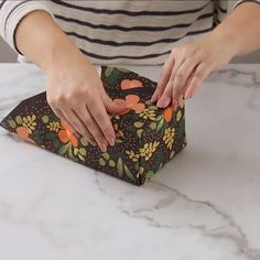 This Japanese gift-wrapping technique can help you wrap presents faster than the traditional method you're probably used to. Learn how to become a speed-wrapper with this one easy folding technique! Master this one fold to become a gift wrapping pro! Japanese Gift Wrapping, Japanese Gifts, Creative Gift Wrapping, Present Wrapping, Creative Gifts, Easy Gift Wrapping Ideas, Wrapping Paper Ideas, Cute Gift Ideas, Creative Christmas Gifts