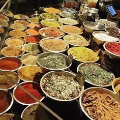 Um festival de cores e sabores! / A plethora of flavors and colors!#spices #chelseamarket #instatravel #instafood #newyork #NYC #balaionaestrada @balaiodeestilos