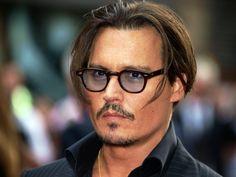 un'immagine seria dell'attore johhny deep con un taglio di capelli a caschetto