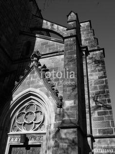 Fassade der katholischen Herz-Jesu-Kirche in Münster in Westfalen im Münsterland, aufgenommen in klassischem Schwarzweiß