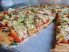 Pizza met gekruide kip en groenten