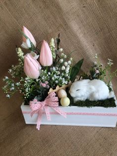 This bunny looks real 😳 - Ostern Dekoration Garten Beton This bunny looks real 😳 Things to consider Easter Flower Arrangements, Easter Flowers, Flower Centerpieces, Floral Arrangements, Flower Decorations, Easter Projects, Easter Crafts, Easter Decor, Spring Crafts