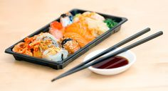 Although they might seem almost indistinguishable from one another, there is a Korean version of sushi to go along with its native Japanese counterpart. Let's learn about Korean sushi! Cooking On A Budget, Kitchen On A Budget, Kitchen Ideas, Japanese Dishes, Japanese Food, Traditional Japanese, Chinese Food, Healthy Sushi, Healthy Recipes